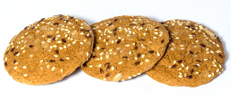 Biscotti freschi casalinghi saporiti dell'avena isolati immagine stock