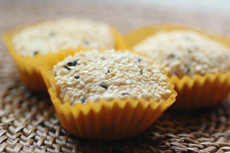 Biscotti glutinosi rivestiti del riso del sesamo immagine stock libera da diritti