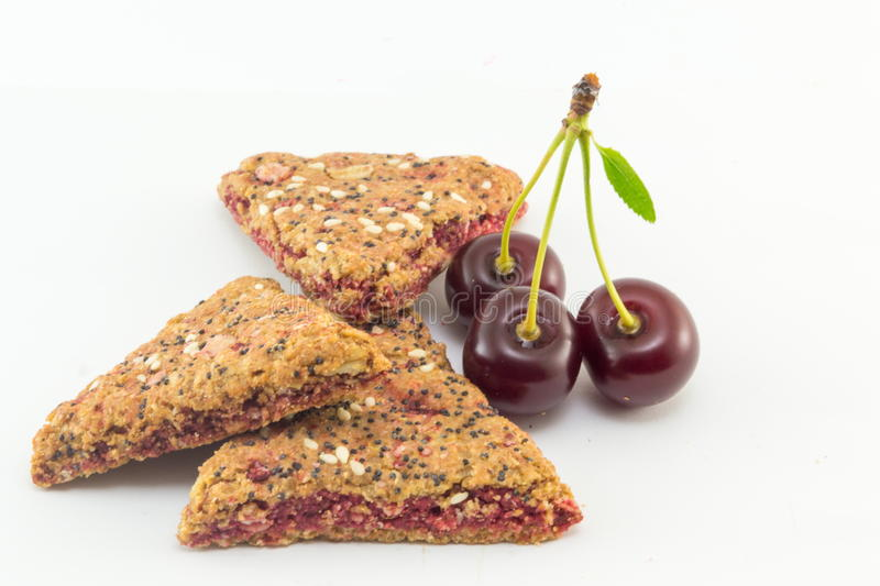Biscotti integrali con la frutta della ciliegia immagini stock libere da diritti