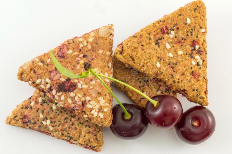Biscotti integrali della frutta con le ciliege fresche fotografia stock