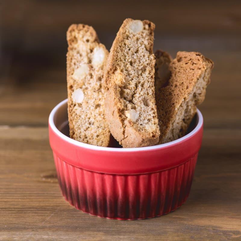 Biscotti italiani casalinghi dei biscotti dei dolci della mandorla di Biscotti Cantuccini sul quadrato di legno del dessert del f fotografia stock libera da diritti