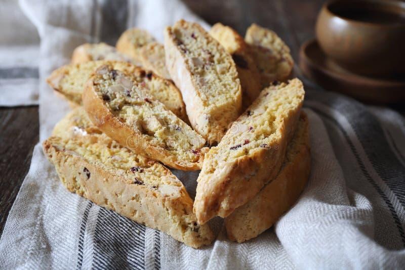 Biscotti italiani: biscotti dei mirtilli rossi e delle mandorle fotografia stock