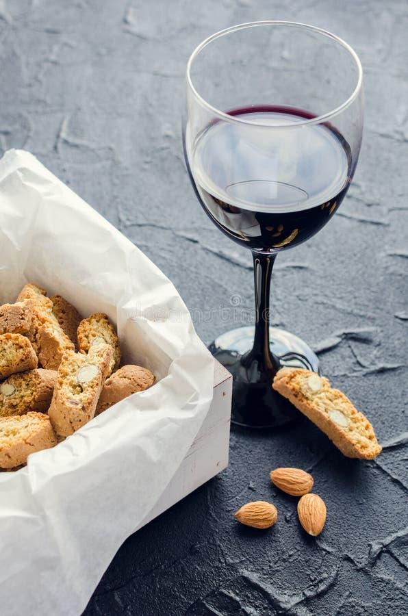 Biscotti italiani di cantuccini e vino rosso fotografia stock libera da diritti
