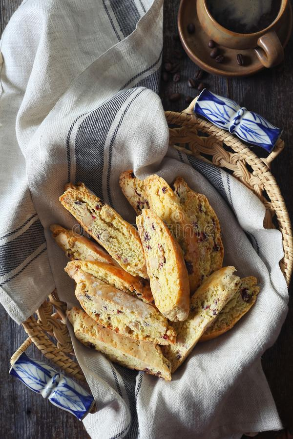 Biscotti italiani: mandorle e biscotti e tazza di caffè dei mirtilli rossi immagini stock