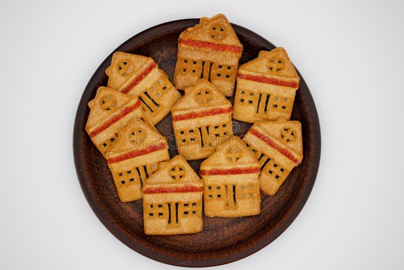 Biscotti magnifici e deliziosi sotto forma di Camera di uno piani con marmellata d'arance, quale sono su Clay Plate Immagine isol fotografie stock