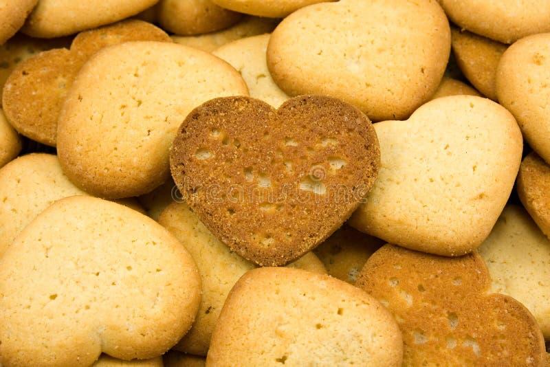 biscotti marroni a forma di del cuore immagine stock libera da diritti