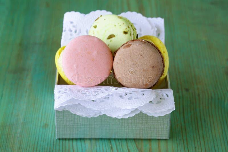 Biscotti multicolori francesi dei maccheroni immagine stock libera da diritti