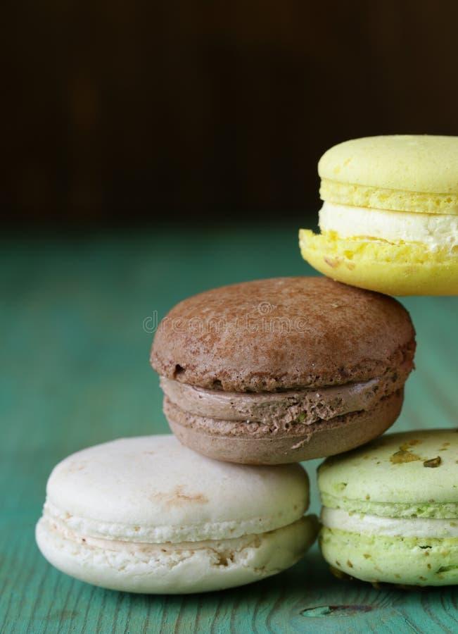 Biscotti multicolori francesi dei maccheroni fotografia stock