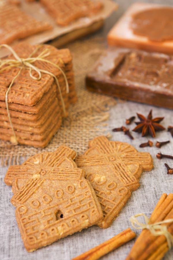 Biscotti olandesi tipici di speculaas con il taglio di legno autentico del biscotto fotografia stock