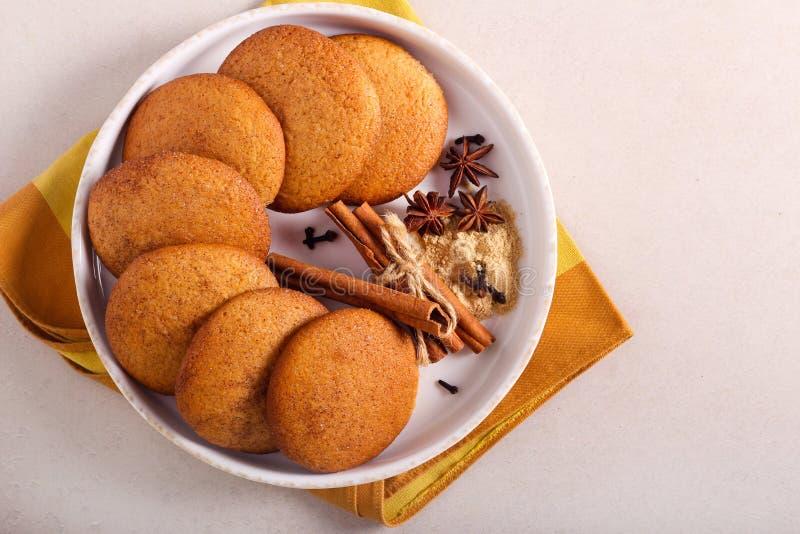 Biscotti piccanti e dolci su piatto fotografie stock libere da diritti