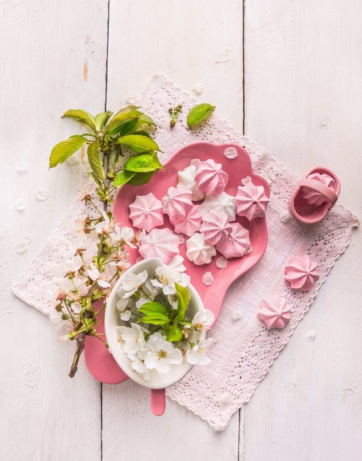Biscotti rosa con servizio di tè ed il fiore di ciliegia immagini stock libere da diritti