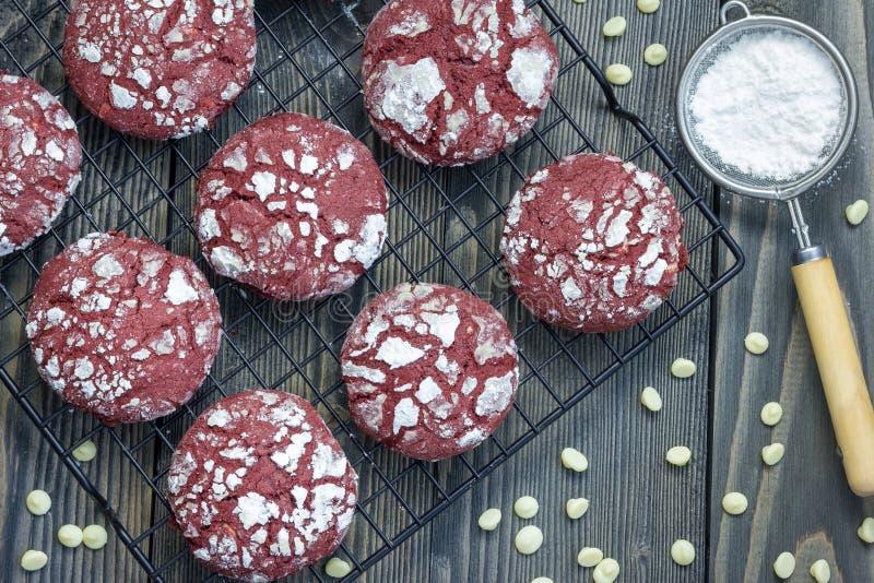 Biscotti rossi della piega del velluto con i chip della cioccolata bianca immagini stock libere da diritti
