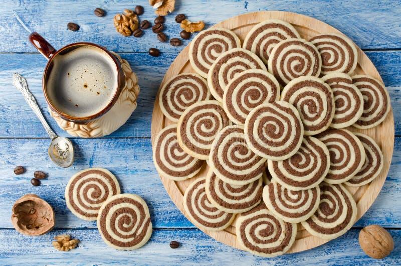 Biscotti sotto forma di spirale su un vassoio di legno fotografia stock libera da diritti