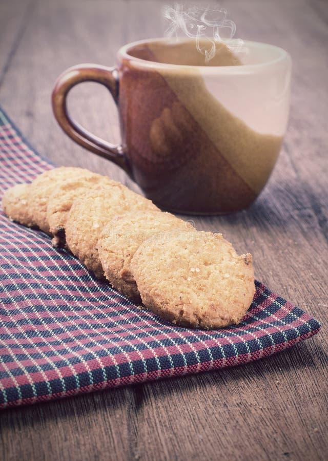 Biscotti sul tessuto del borwn immagine stock libera da diritti