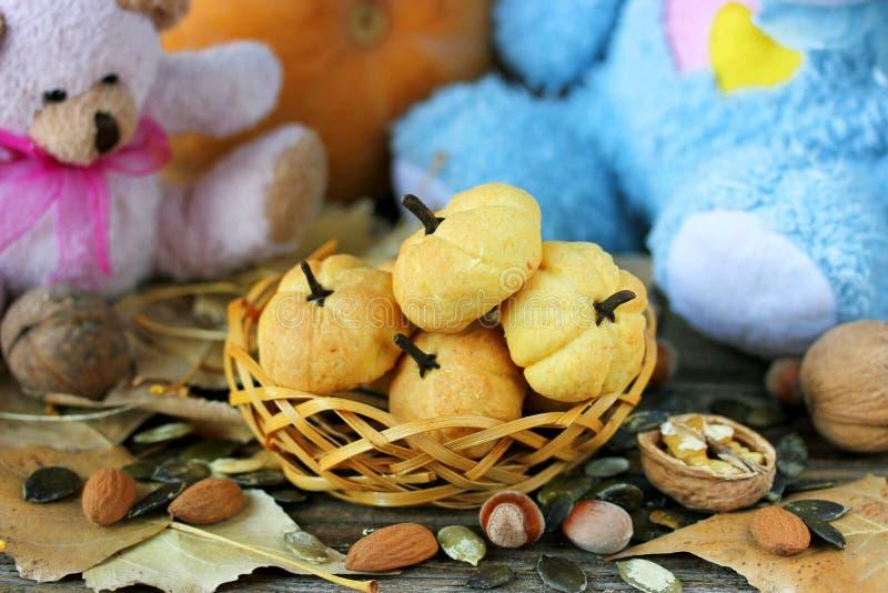 Biscotti svegli per i bambini sotto forma di zucca fotografia stock libera da diritti