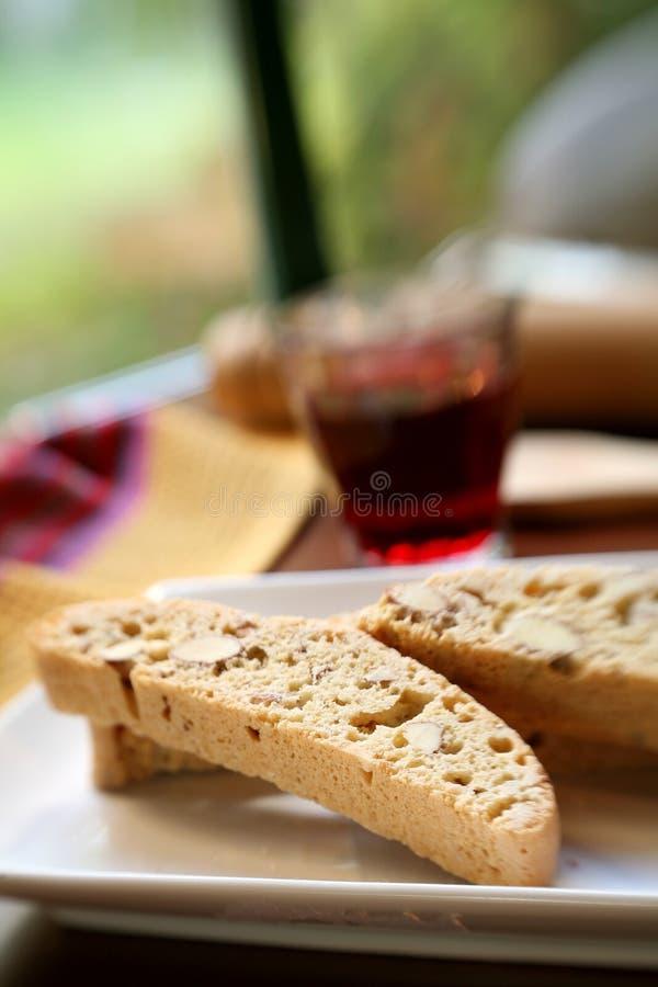 Biscotti um vinho vermelho imagens de stock royalty free