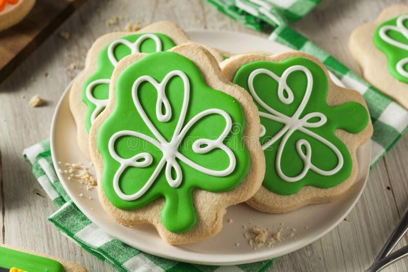 Biscotti verdi di giorno della st Patricks del trifoglio fotografia stock