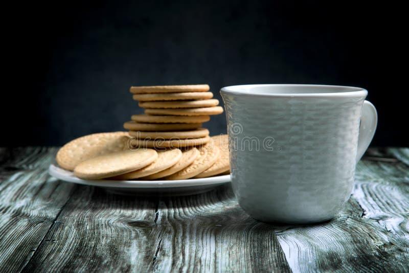 Biscotto al burro con inceppamento e una tazza di tè fotografia stock