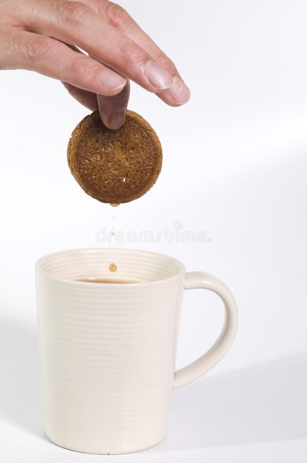 Biscotto che è tuffato nel tè fotografia stock
