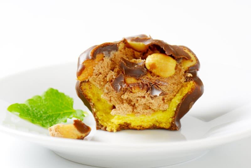 Biscotto coperto di cioccolato con il materiale da otturazione dell'arachide immagini stock libere da diritti
