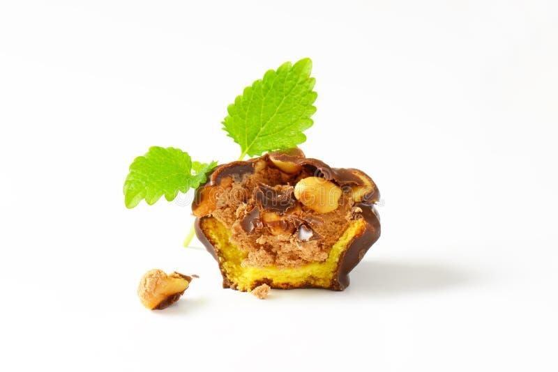 Biscotto coperto di cioccolato con il materiale da otturazione dell'arachide fotografia stock