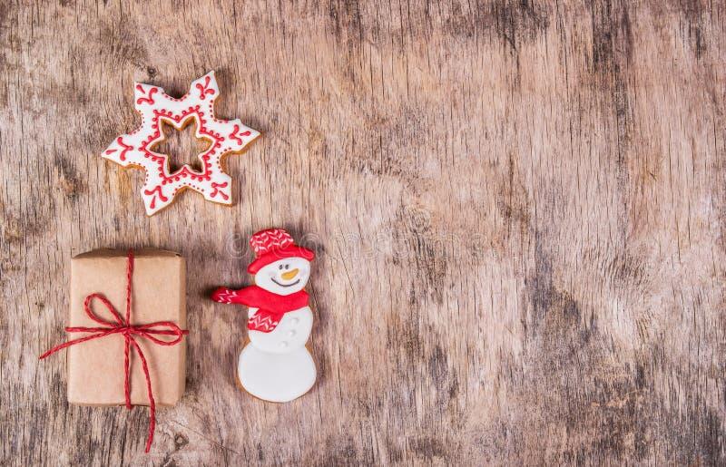 Biscotto del pan di zenzero e contenitore di regalo casalinghi su fondo di legno Dolci fatti a mano di festa Biscotti di natale C fotografie stock