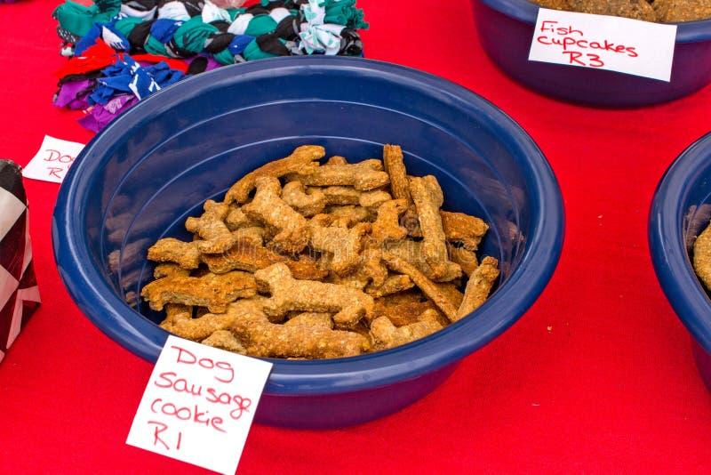 Biscotto della salsiccia del cane immagine stock