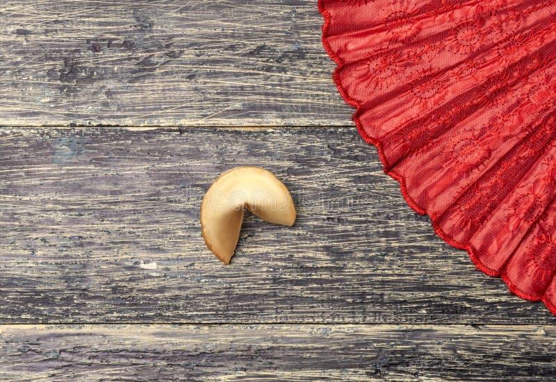 Biscotto di fortuna e fan rosso immagine stock
