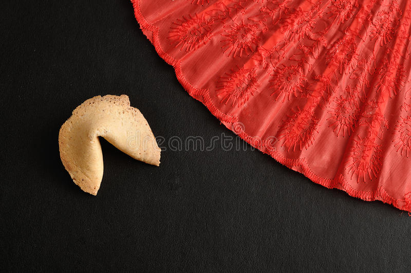 Biscotto di fortuna e un ventaglio rosso immagine stock libera da diritti