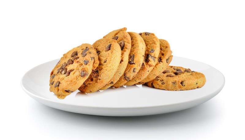 Biscotto di pepita di cioccolato in un piatto isolato su un fondo bianco fotografie stock libere da diritti