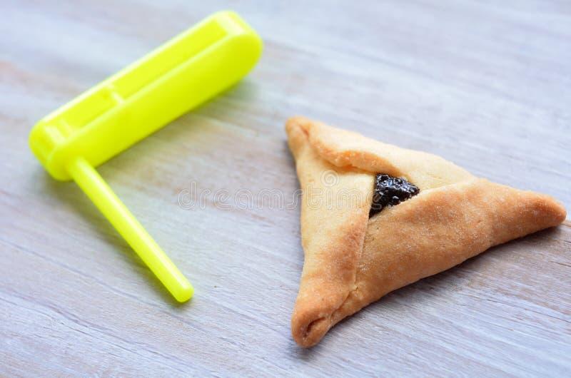 Biscotto e graggers di Hamantaschen per la festa ebrea di Purim fotografie stock