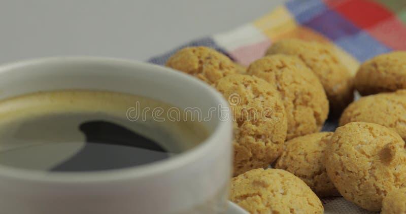 Biscotto e tazza di caff? Kruidnoten, pepernoten, dolci tradizionali, strooigoed immagini stock libere da diritti