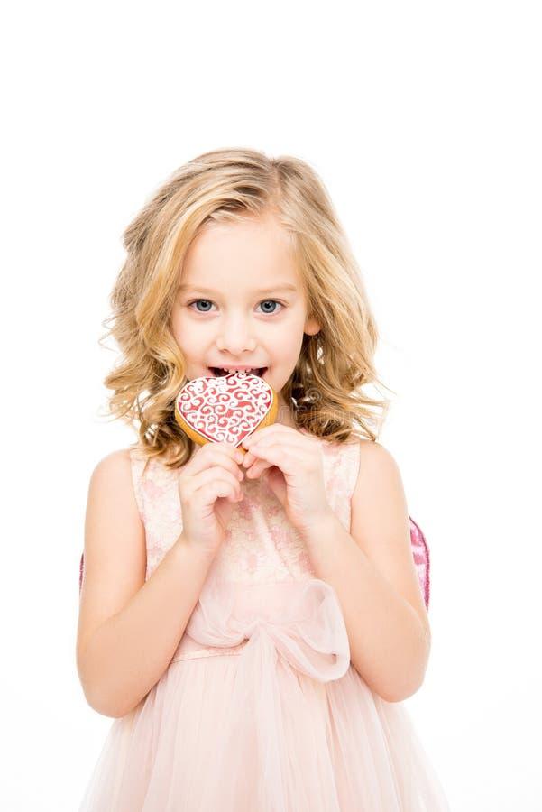 Biscotto a forma di del cuore della tenuta della ragazza fotografia stock libera da diritti