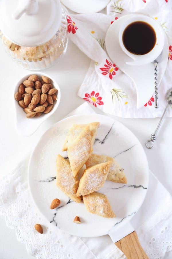 Biscotto italiano: mandorle Canistrelli e tazza di caffè fotografie stock libere da diritti