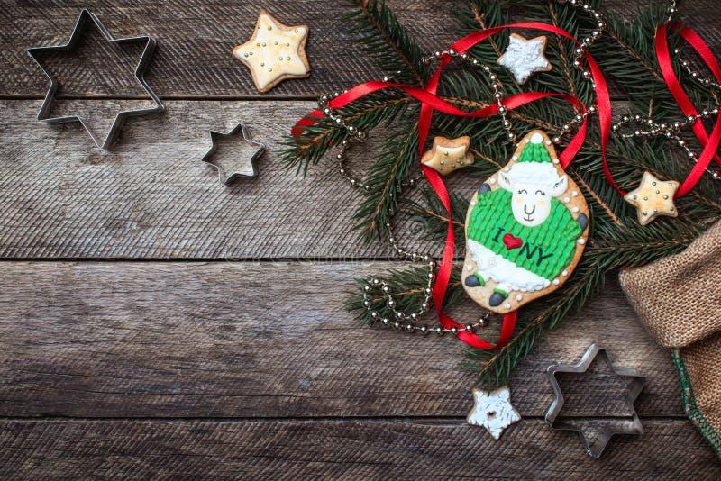 Biscotto sveglio delle pecore del nuovo anno 2015 e decorazione di natale su legno immagine stock