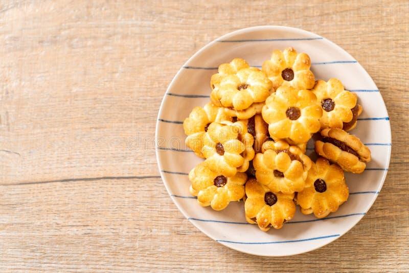 Biscuit avec de la confiture d'ananas images stock