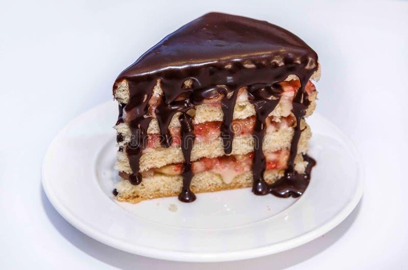 Biscuit avec la baie bourrant et crème, d'un plat blanc et d'un chocolat chaud photos stock