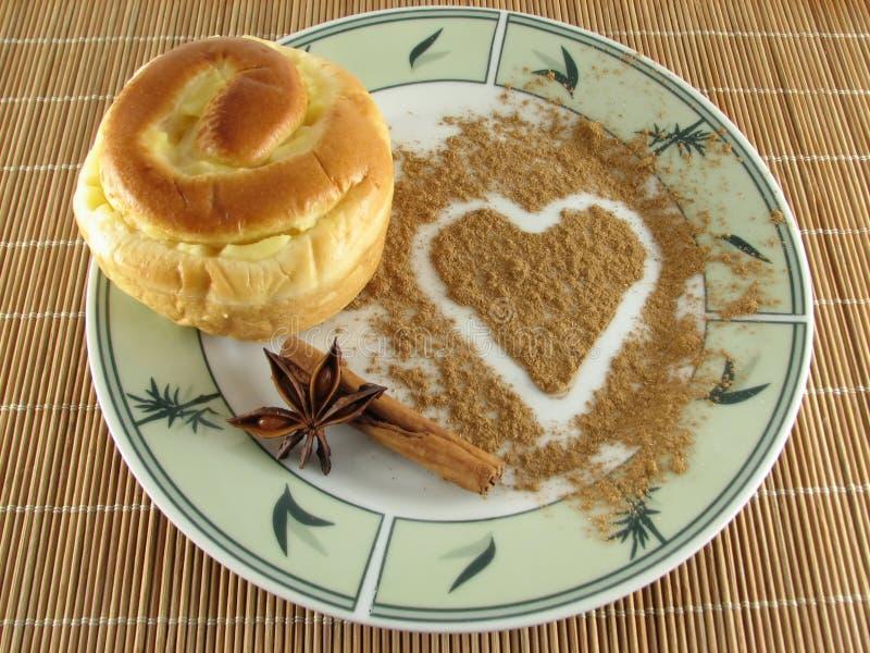 Biscuit avec le coeur de cannelle images stock