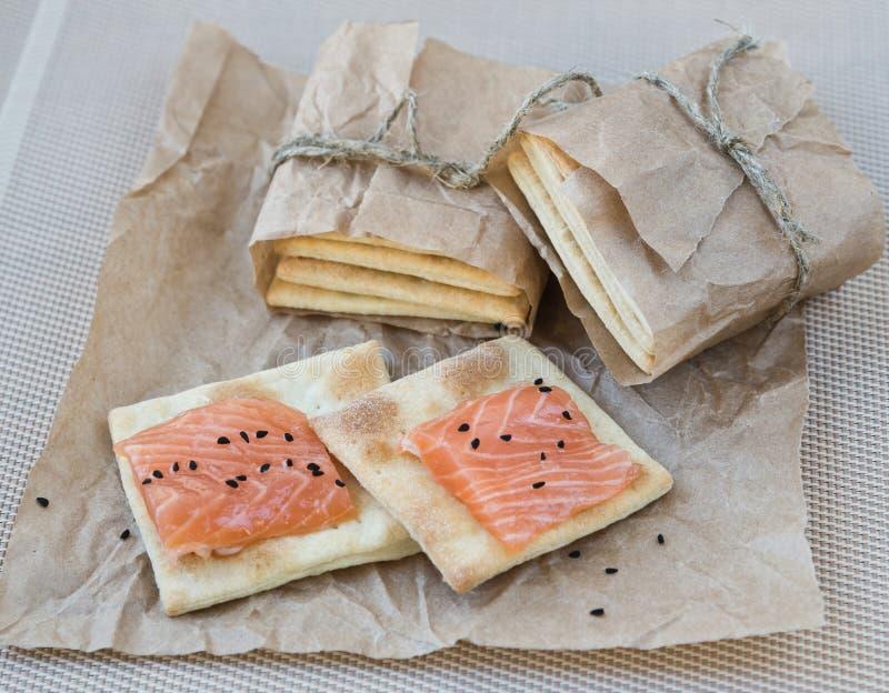 Biscuit avec un saumon photographie stock libre de droits