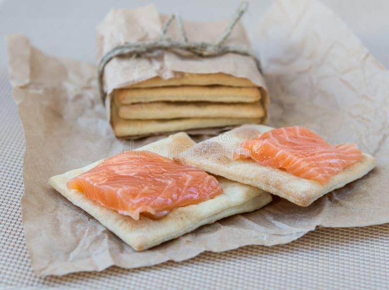 Biscuit avec un saumon images stock