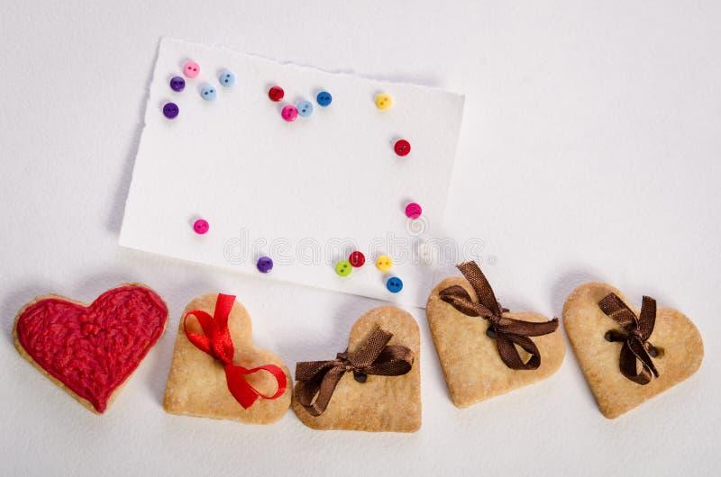 Biscuit-coeurs, carte vide et boutons de colorfull image libre de droits