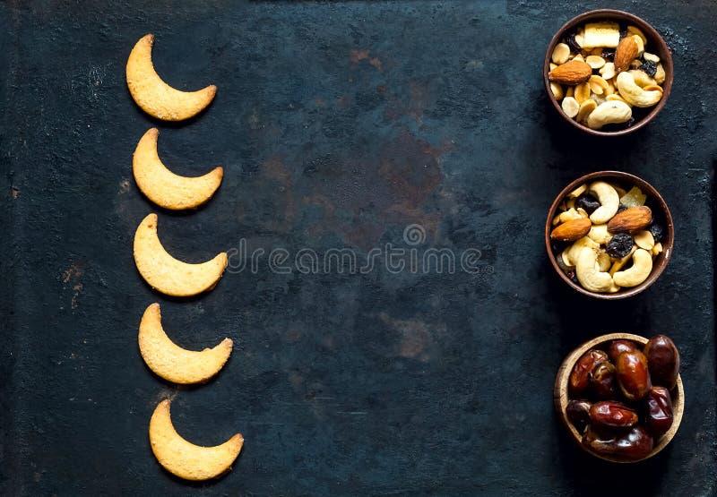 Biscuit dans la forme de lune sur le fond rouillé en métal de cru Fond de festival d'Eid ou de Ramadan images libres de droits