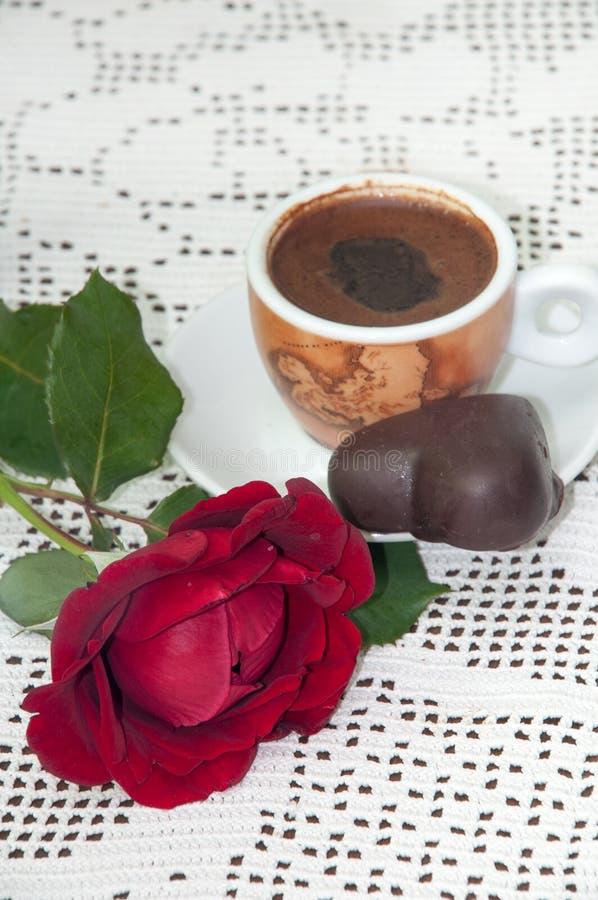 BISCUIT DE CHOCOLAT DE CAFÉ DE ROSE ROUGE photos libres de droits
