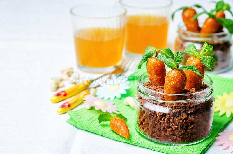 Biscuit de chocolat en sucreries d'un pot et d'anarcadier d'abricots secs dedans image libre de droits