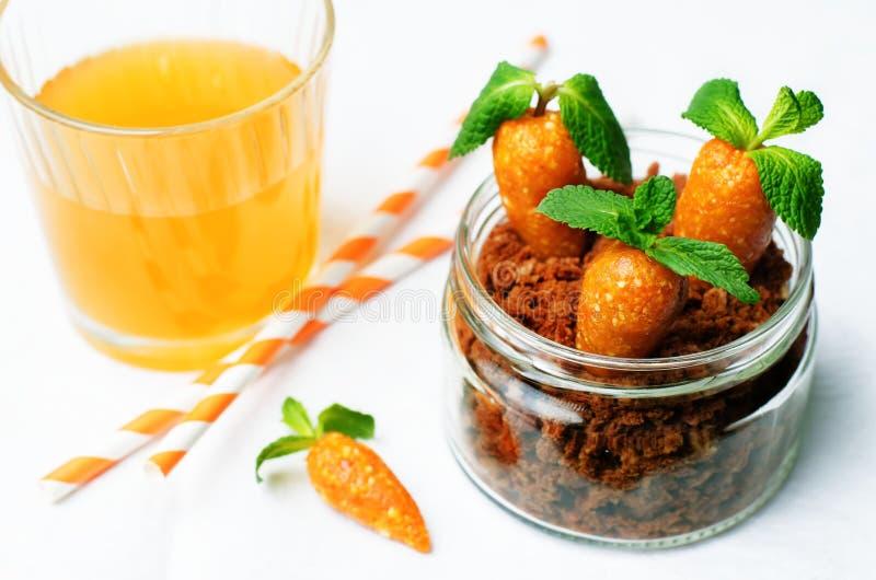 Biscuit de chocolat en sucreries d'un pot et d'anarcadier d'abricots secs dedans photos stock