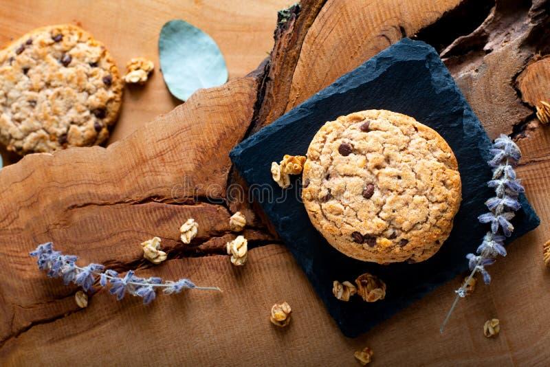 Biscuit de frites de chocolat organique fait maison de concept de nourriture sur le St d'ardoise images stock