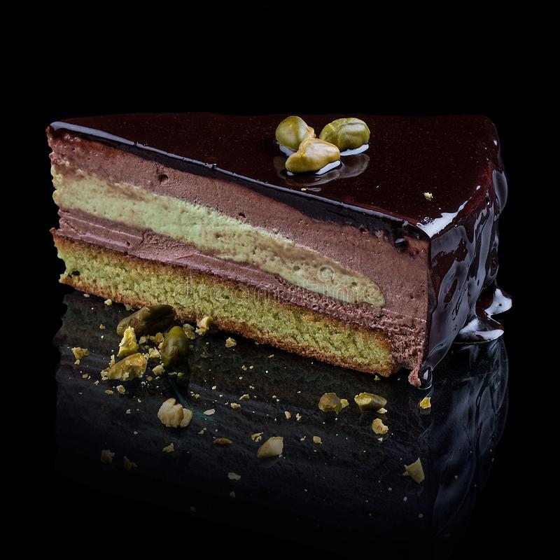 Biscuit de pistache avec la crème-mousse de chocolat photographie stock