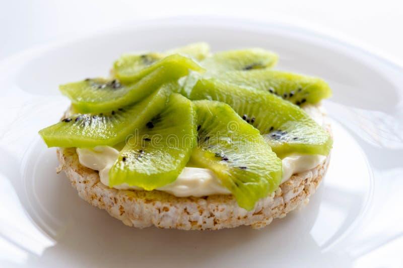 Biscuit de riz avec du fromage et le kiwi photographie stock libre de droits