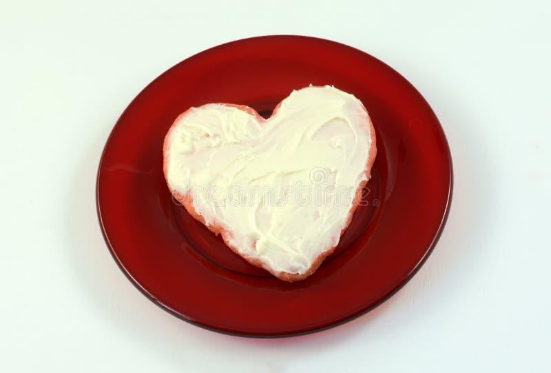 Biscuit de sucre rouge cuit au four de Valentine de coeur image stock