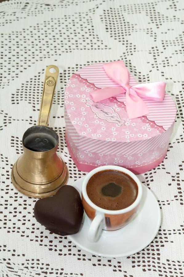 Biscuit en forme de coeur avec le boîte-cadeau rouge avec l'arc et la tasse de café photos stock